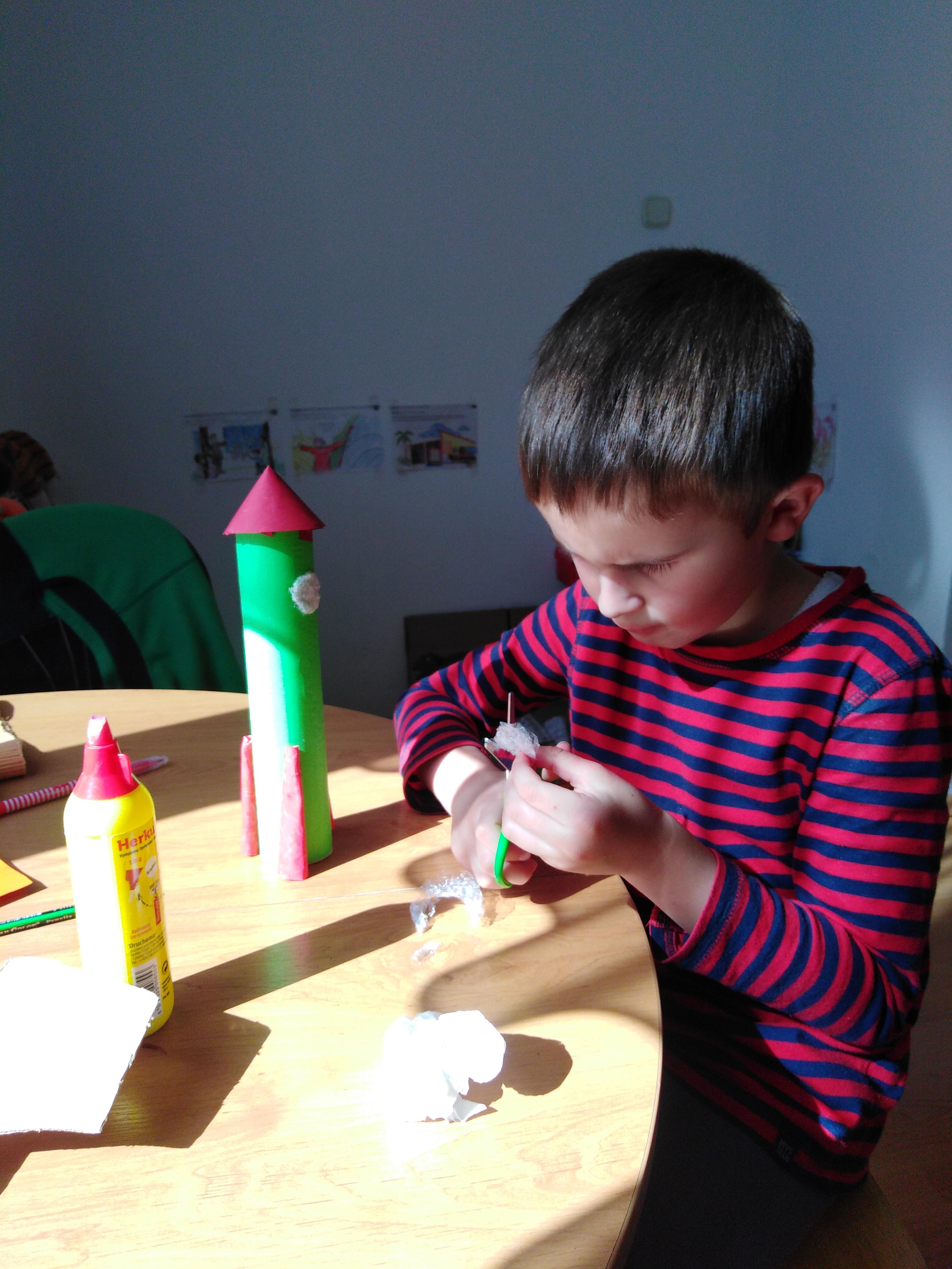 Predškolák Jakubko je šikovný a usilovný, vyrobil si raketu z papierových roliek