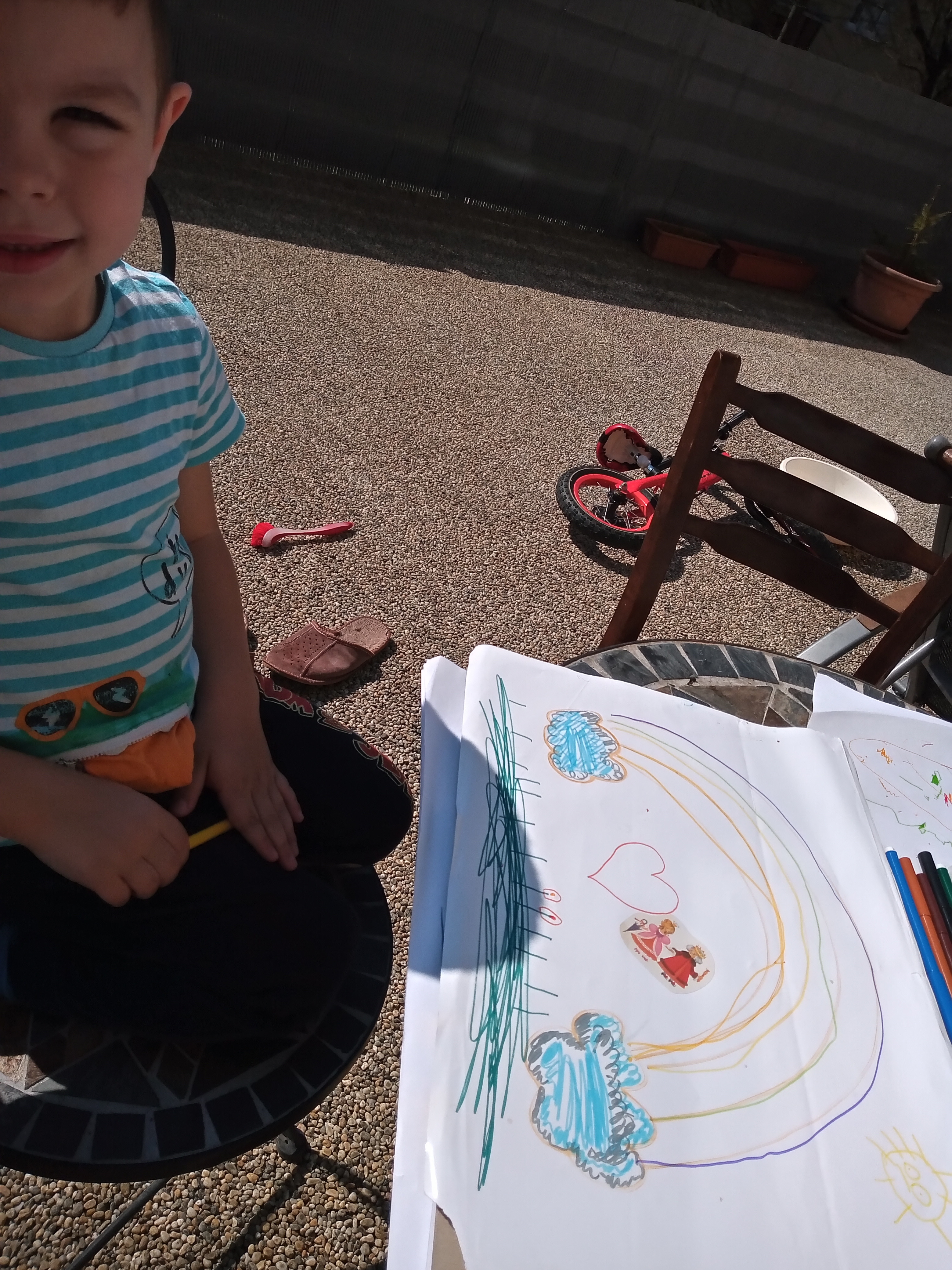 Aj na slniečku sa dajú plniť aktivity :-) Marek z triedy MARGARÉTKY usilovne pracuje